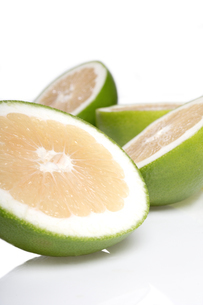 Green grapefruits on white backgroundの写真素材 [FYI03653839]