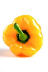 Yellow pepper on white backgroundの写真素材 [FYI03653885]