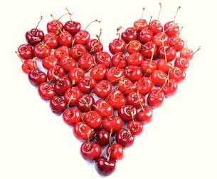 Cherries on white background - heart shapeの写真素材 [FYI03653940]