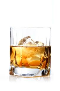 Glass of whisky - studio shotの写真素材 [FYI03653969]