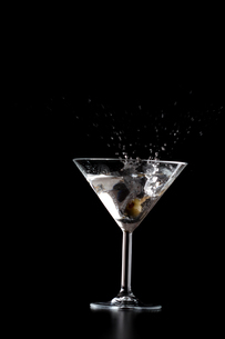 Splash in mrtini glass on black backgroundの写真素材 [FYI03653975]