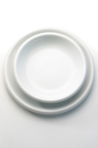 Close-up of white empty platesの写真素材 [FYI03654025]