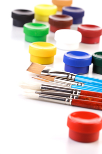 Paint boxes and brushes on white backgroundの写真素材 [FYI03654168]