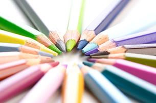 Rainbow colored pencils - close-upの写真素材 [FYI03654169]