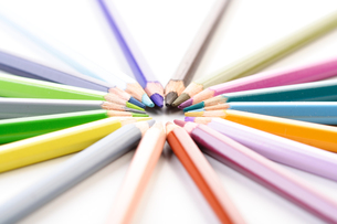 Rainbow colored pencils - close-upの写真素材 [FYI03654170]