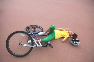 Young woman injured during riding a bikeの写真素材 [FYI03654204]