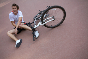 Young man injured during riding a bikeの写真素材 [FYI03654208]
