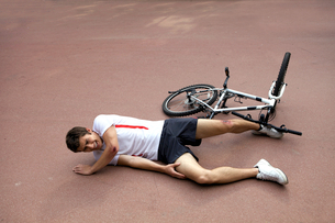 Young man injured during riding a bikeの写真素材 [FYI03654209]