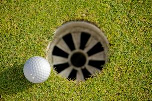 Close-up of golf ball near holeの写真素材 [FYI03654262]