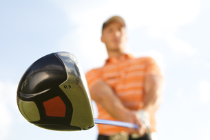 Young man playing golf, low angle viewの写真素材 [FYI03654265]