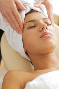 Young woman receiving energy therapy, eyes closedの写真素材 [FYI03654302]