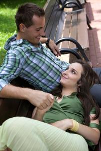 Girlfriend resting head on boyfriend's lapの写真素材 [FYI03654352]