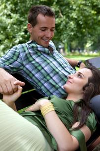 Girlfriend resting head on boyfriend's lapの写真素材 [FYI03654354]