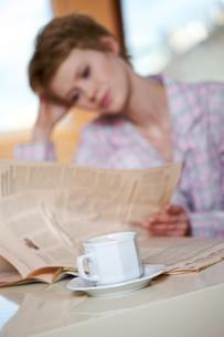 Woman reading newspaperの写真素材 [FYI03654459]