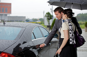 Young man opening door of car for womanの写真素材 [FYI03654483]