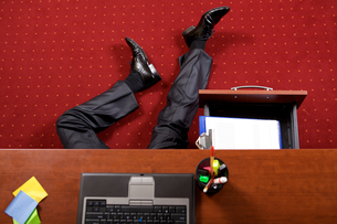 Businessman lying in the officeの写真素材 [FYI03654539]