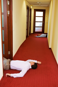 Two businessman lying down in officeの写真素材 [FYI03654540]
