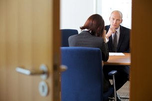 Businessman in discussion with businesswomanの写真素材 [FYI03654547]