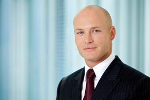 Portrait of young caucasian businessman in officeの写真素材 [FYI03654586]