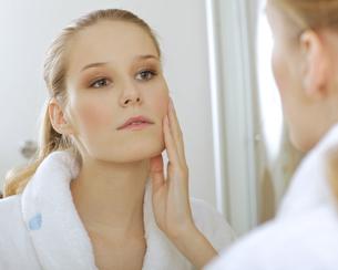 Woman reflaction in mirrorの写真素材 [FYI03654649]