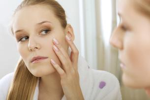 Woman reflaction in mirrorの写真素材 [FYI03654656]