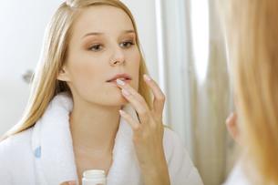 Woman touching lipsの写真素材 [FYI03654663]