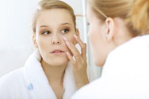 woman reflexion in mirrorの写真素材 [FYI03654669]