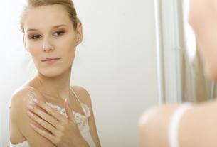 Woman reflaction in mirrorの写真素材 [FYI03654674]