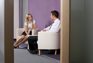 Businessman and businesswoman discussing in officeの写真素材 [FYI03654714]