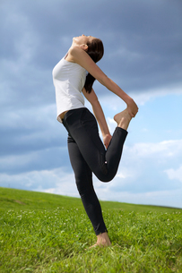 Young woman exercising in parkの写真素材 [FYI03654760]