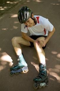 Skater injured and clutching legの写真素材 [FYI03654763]
