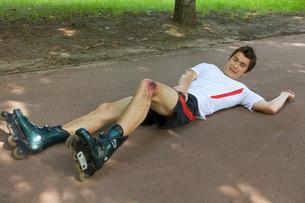 Skater injured and clutching legの写真素材 [FYI03654765]