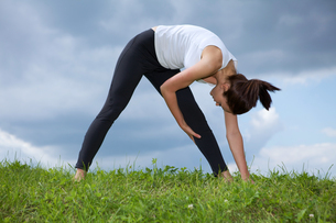 Young woman exercising in parkの写真素材 [FYI03654766]