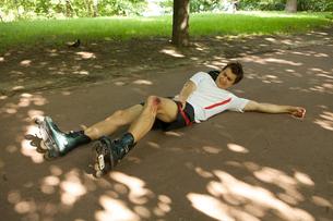 Skater injured and clutching legの写真素材 [FYI03654769]
