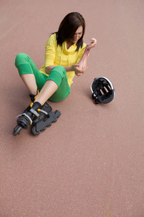 Skater injured and clutching armの写真素材 [FYI03654790]