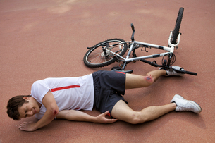 Young man injured during riding a bikeの写真素材 [FYI03654793]