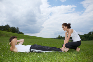 Young couple exercising in parkの写真素材 [FYI03654802]