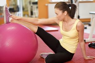 Woman Balancing On Swiss Ballの写真素材 [FYI03654839]
