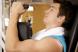 A young man exercising at gymの写真素材 [FYI03654863]