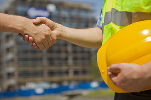 Architects shaking hand at construction siteの写真素材 [FYI03655021]