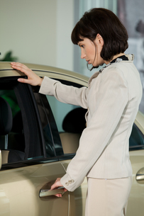 Young woman looking at new carの写真素材 [FYI03655232]