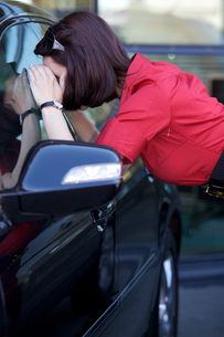 Young woman looking at new carの写真素材 [FYI03655269]