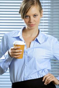 Portrait of businesswoman holding glass of coffeeの写真素材 [FYI03655426]