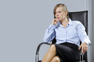 Portrait of businesswoman sitting in officeの写真素材 [FYI03655440]