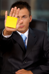 Businessman in office with blank adhesive note stuck to his handの写真素材 [FYI03655516]