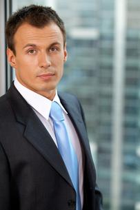 Portrait of businessman standing in officeの写真素材 [FYI03655531]