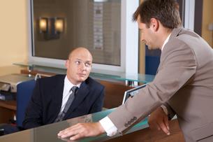 Businessmen conversing at officeの写真素材 [FYI03655625]