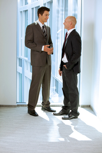 Portrait of young caucasian business people talking in officeの写真素材 [FYI03655679]