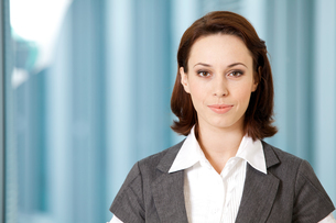 Portrait of young caucasian businesswoman in officeの写真素材 [FYI03655725]