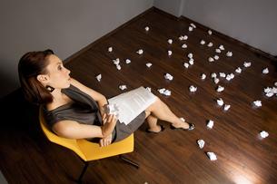 Businesswoman throwing crumpled paper on floorの写真素材 [FYI03655821]